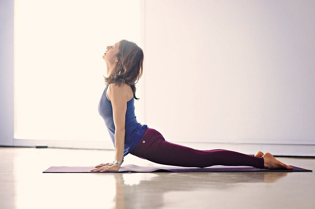 Photo woman doing upward facing dog